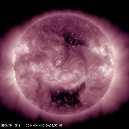 Die Dunklen Bereich im Norden und Süden der Sonne sind koronale Löcher. Aufgenommen vom SDO am 10.04.2014.