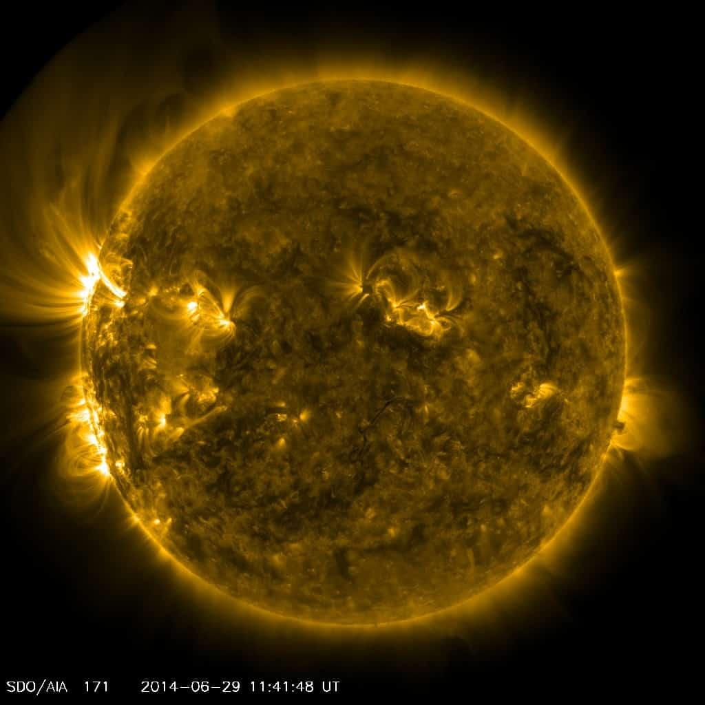 Aktuell können wir einige aktive Sonnenflecken auf der Rückseite der Sonne beobachten, welche sich in den nächsten Tagen in Richtung Erde drehen werden und die Sonnenaktivität somit leicht ansteigen wird. Starke Sonneneruptionen sind dann möglich.