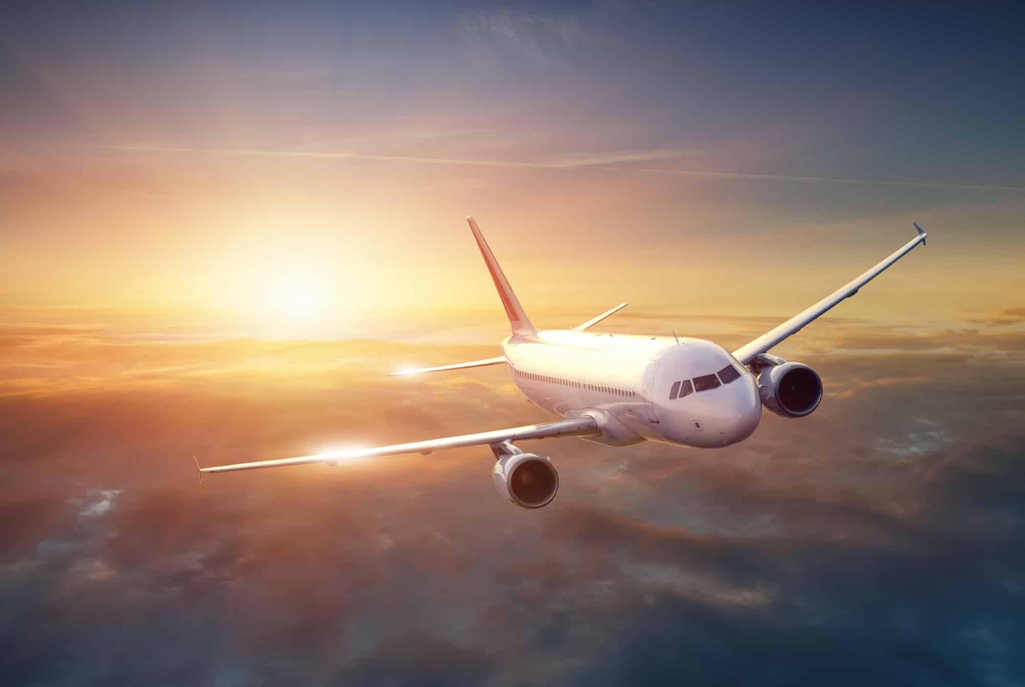 Flugzeug am Himmel bei Sonnenuntergang
