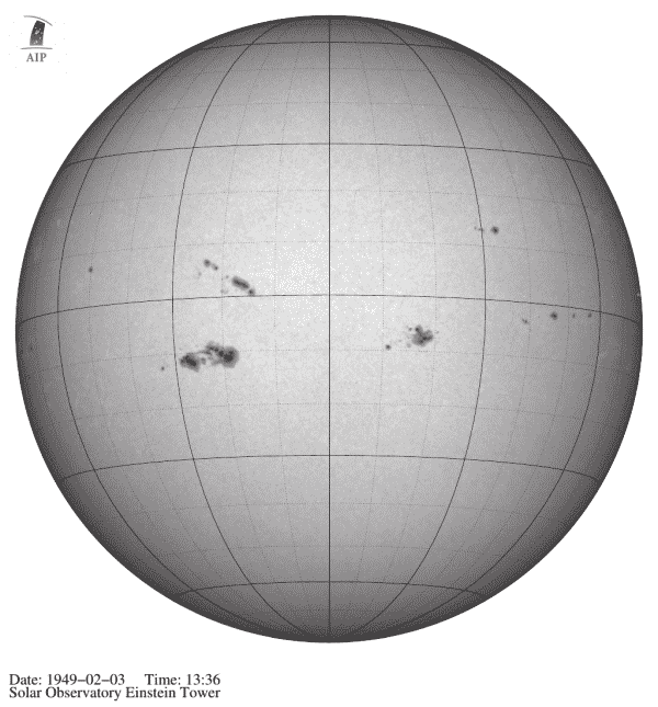 Fotografisches Negativ einer Aufnahme der gesamten Sonnenscheibe, auf der Gruppen von Sonnenflecken zu sehen sind. Sie entstand am 3. Februar 1949 im Sonnenobservatorium Einsteinturm. Credit: AIP/APPLAUSE